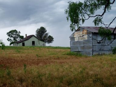Abandoned_house_and_barn_near_Bastrop,_TX_IMG_3266